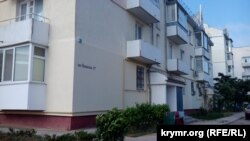 Доме №17 по переулку Новикова в Балаклаве, Севастополь, где проживают семьи украинских военных