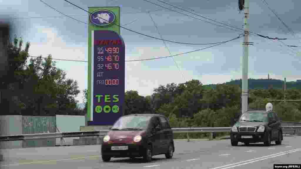 В 2018 году открыли автомобильную ветку моста через Керченский пролив. Крымчане уповали на то, что после открытия цены на топливо будут ниже, поскольку отпадет логистическая причина. Однако уже в июне на полуострове началась топливная паника