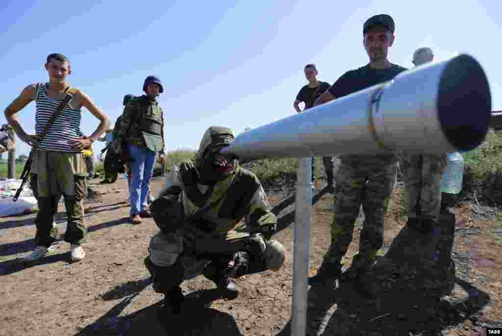 Проросійські бойовики через телескоп розглядають позиції українських військових неподалік Горлівки. 10 серпня 2015 року