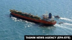 бродови на Иранската револуционерна гарда пловат покрај јужнокорејскиот брод во Персискиот Залив, 04 јануари 2021 година.