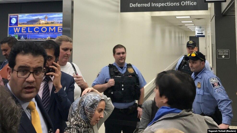 وکیلان مهاجرت در فرودگاه دالس در حال گفتوگو برای دسترسی به افرادی هستند که مشمول منع ورود شدهاند