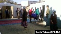 Нұрлыбек Сақауовтың жаназасына келген адамдар. Атырау, 12 қыркүйек 2012 жыл.