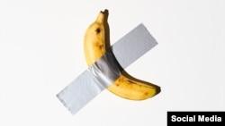 """Maurizio Cattelan a vândut lucrarea din imagine, intitulată """"Comedianul"""", cu 125.000 de dolari. Ulterior, banana a fost mâncată de un alt artist"""