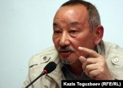 Поэт Темирбек Медетбеков выступает на пресс-конференции по судам по событиям в Жанаозене и Шетпе. Алматы, 23 апреля 2012 года.