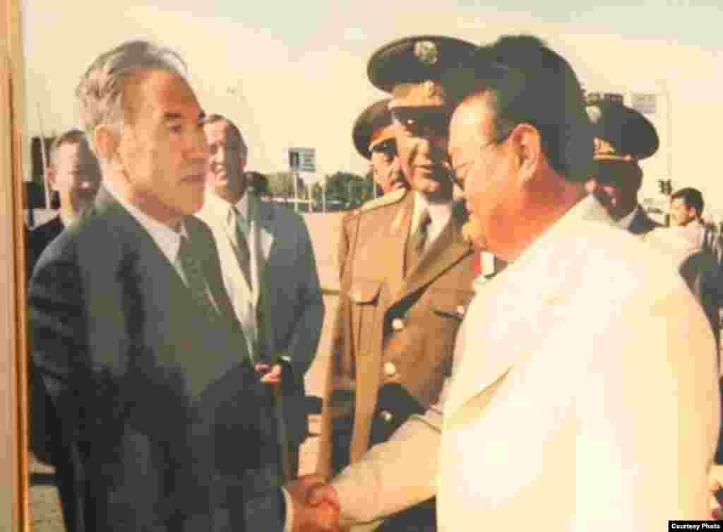 Заманбек Нуркадилов (справа) и президент Казахстана Нурсултан Назарбаев (слева). Фото, представленное в доме-музее Заманбека Нуркадилова.