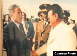 Заманбек Нұрқаділовтің музей үйінде тұрған фотография. Суретте: сол жақта - Қазақстан президенті Нұрсұлтан Назарбаев, оң жақта - Заманбек Нұрқаділов.
