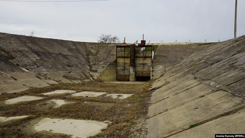 По этому отводному каналу Белогорское водохранище «делилось» своими запасами с Тайганским.