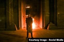 Художник Петро Павленський перед палаючим входом у головну будівлю ФСБ Росії. Москва, 9 листопада 2015 року