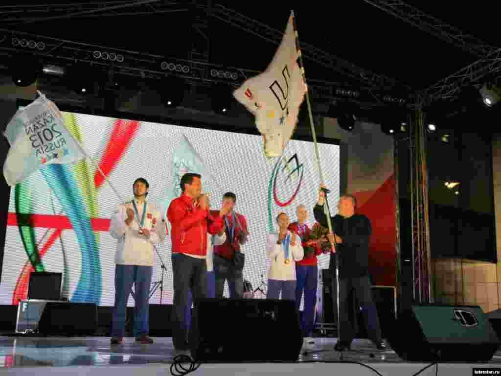 24 август кичендә FISU әләме Казанга кайтарылып Татарстан президенты Рөстәм Миңнехановка тапшырылды