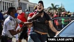 Un este bărbat arestat de poliție în urma protestelor împotriva guvernului președintelui Miguel Diaz-Canel în Havana, Cuba. Mii de oameni au participat la protestele care au început duminică.