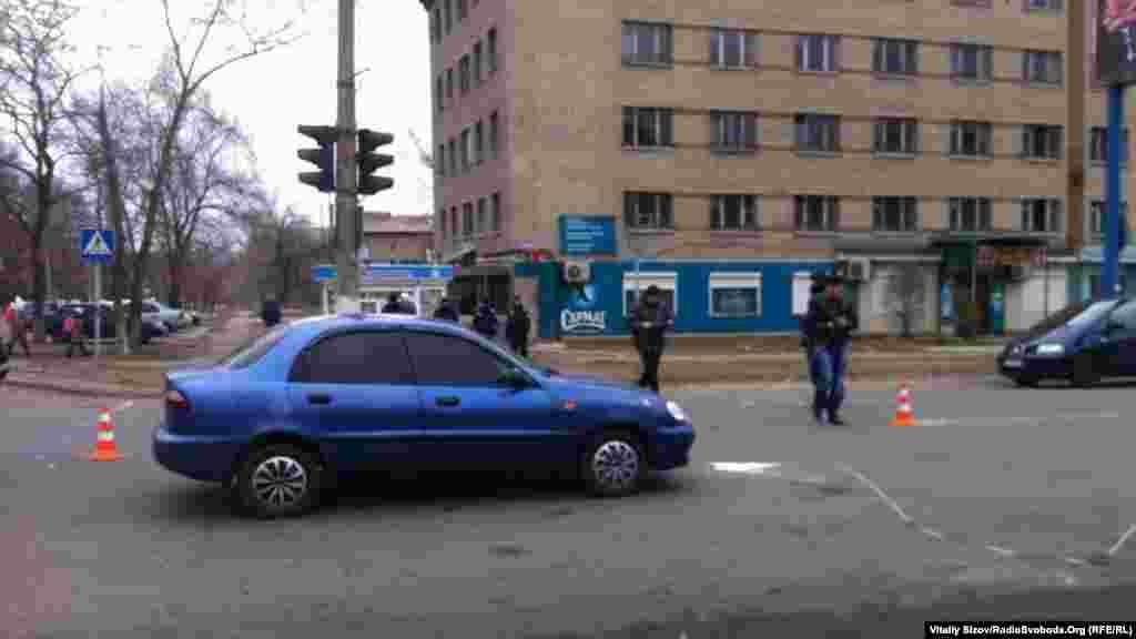 17 березня у Костянтинівці цивільне авто збило пенсіонерку.Натовп намагався лінчувати водія. Йому розбили окуляри, але у конфлікт втрутились правоохоронці і сутичку зупинили