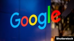 Логотип Google на здании компании