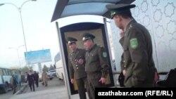 Goranmak ministrine käýinç berildi, eneler esger ogullarynyň 'aç bolýandygyny' aýdýarlar