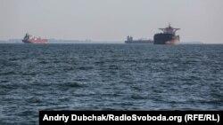 Проходимо повз цивільні судна, які стоять на рейді порту Одеса