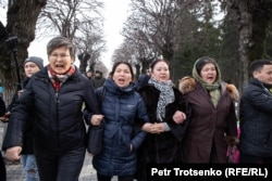 Журналист и редактор газеты «Жас Алаш» Инга Иманбай вместе со своими сторонниками. Алматы, 22 февраля 2020 года.