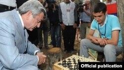 Президент Армении играет в шахматы (архив)