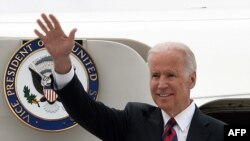 Poland -- US Vice President Joe Biden waves as he leaves his plane after arriving in Warsaw, March 18, 2014