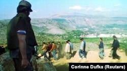 Hrvatska vojska sprovodi muslimane iz Mostara u napuštenu fabriku u blizini grada, 11. maj 1993. godine