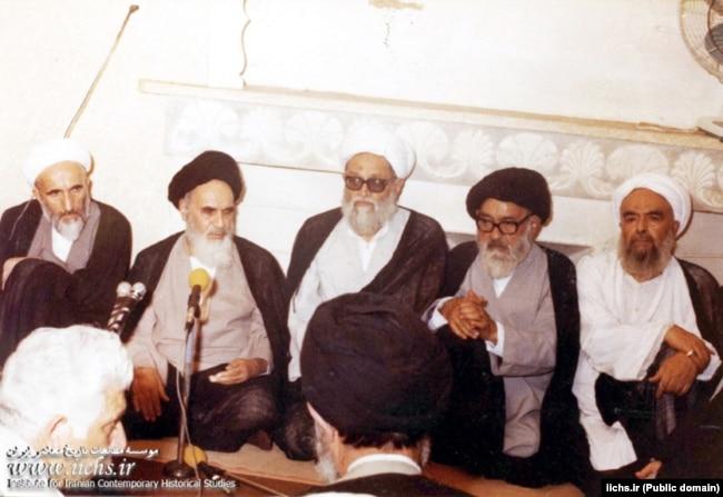 مرتضی حائری یزدی (وسط) در دیداری با آیتالله خمینی