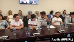 Татар яшьләре җыенында Ярулинны яклап футболкалар кигән активистлар