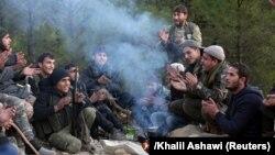 Афринда Туркия томонида туриб жанг қилаётган Озод Сурия армияси жанггарилари.