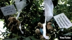 Ұшақтан жауған ойыншық қонжықтар. Беларусь, Ивенец қаласы, 4 шілде 2012 жыл.