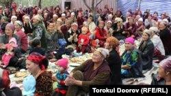 Кок-Таш ауылында сүндет тойға жиналған тұрғындар. Баткен облысы, Қырғызстан. 14 қыркүйек 2011 жыл.