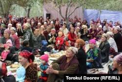 Қырғызстанның Баткен облысындағы Кок-Таш ауылында сүндет тойға жиналған тұрғындар. 14 қыркүйек 2011 жыл. (Көрнекі сурет.)