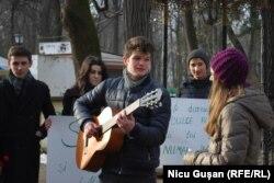 """Tineri din cadrul Asociaţiei """"Onoare, Demnitate și Patrie"""" au marcat prin cântec cei 166 de ani de la nașterea lui Mihai Eminescu"""