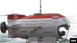 Спускаемый аппарат «Мир-1» подготовленный к погружению на дно Северного Ледовитого океана.