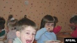 В новом учебном году бесплатными завтраками в Екатеринбурге и Свердловской области будут кормить учащихся начальных классов, детей из малообеспеченных семей, детей-инвалидов и сирот