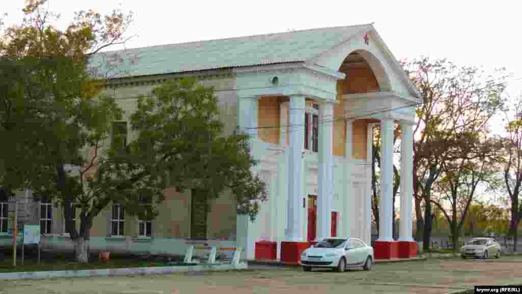 Колишній будинок офіцерів зараз став притулком для дитячої школи мистецтв і місцевої виборчої комісії