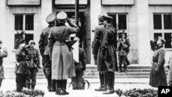 Німецькі та радянські офіцери вітають нацистський прапор під час параду в Брест-Литовську, який відзначає демаркацію кордону на території тогочасної Польщі, 22 вересня 1939
