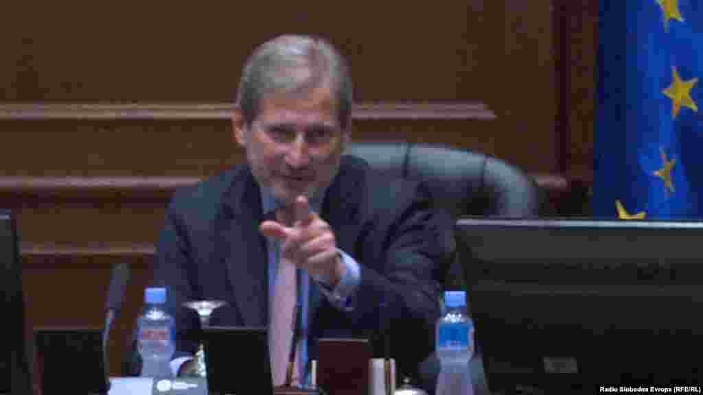 БЕЛГИЈА - Еврокомесарот за проширување на ЕУ, Јоханес Хан, изјави дека Брисел би требало да го прифати договорот меѓу Србите и Албанците со кој би се решил долгогодишниот проблем со Косово, објави Еуроактив, а пренесоа регионалните новински агенции. Во анализата Еуроактив се наведува дека намерата на комесарот Хан е со таа изјава да отфрли стравувања дека какво било менување на граници на Балканот може да покрене нови проблеми во тој регион.