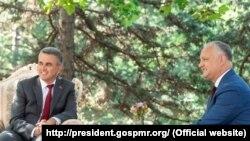 Președintele Igor Dodon (d) și liderul de la Tiraspol Vadim Krasnoselski (s), 28 iulie 2020