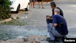 полицијата на местото каде наводно паднале делови од уништената ракета
