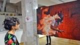 Разрезав красную ленту, заместитель посла Королевства Нидерландов в Казахстане Нора Дессинг и куратор выставки и представитель World Press Photo И Вэнь Ся открыли выставку.