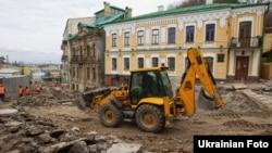 Будівельна техніка на Андріївському узвозі, 10 квітня 2012 року