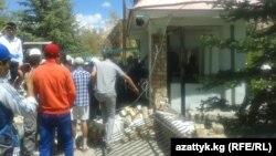Сторонники бывшего руководителя УВД по Нарынской области прорвались в здание областной милиции, 30 мая 2013 года.