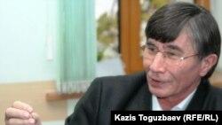Оппозиционный политик Жасарал Куанышалин выступает на заседании круглого стола по теме транзитного президентства. Алматы, 15 ноября 2010 года.