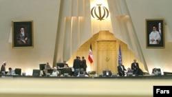 مجلس شورای اسلامی دو فوریت لایحه دولت برای نظارت بر خبرگزاری ها و رسانه های اینترنتی را بررسی می کند.