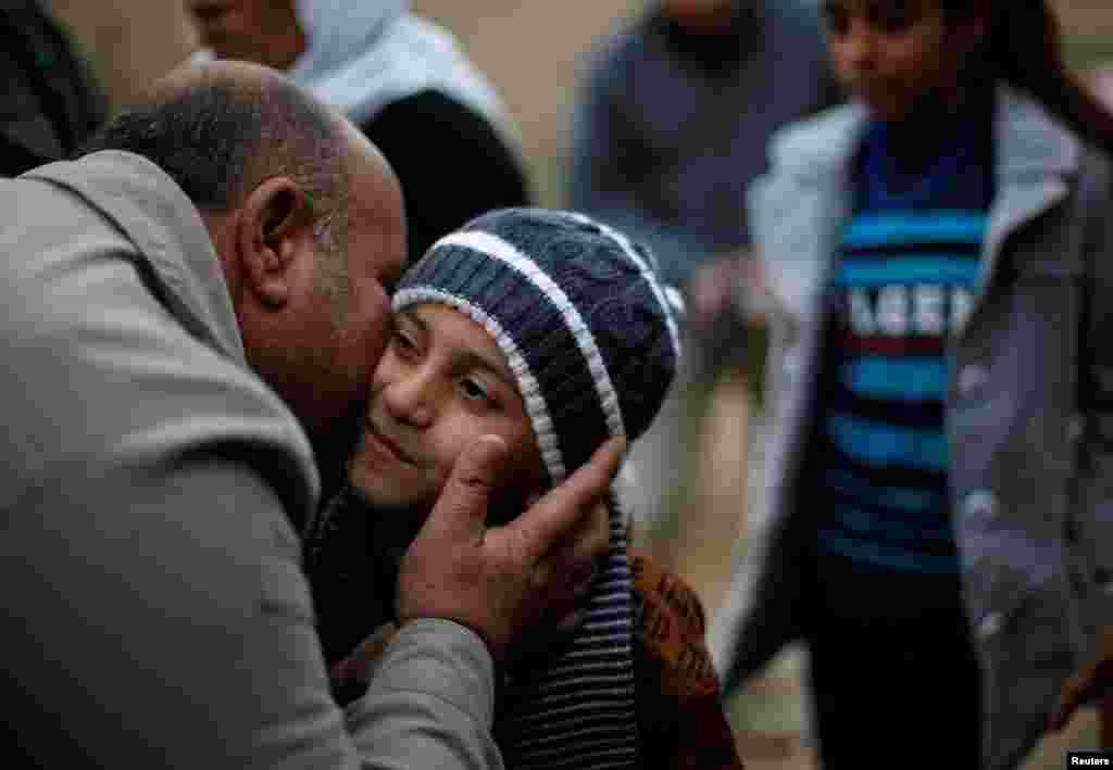 """Айман родился в семье езидов, на Ближнем Востоке они – национальное и религиозное меньшинство, которых боевики """"Исламского государства"""" массово истребляют. В ООН неоднократно заявляли, что это геноцид. На фото – Айман со своим дядей после возвращения домой."""