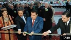 Первый президент Туркменистана Сапармурат Ниязов на церемонии открытия медицинского центра. Справа - Гурбангулы Бердымухамедов, на тот момент занимавший пост министра здравоохранения страны. Ашгабат, 14 декабря 2005 года. После смерти Ниязова президентом стал Бердымухамедов.