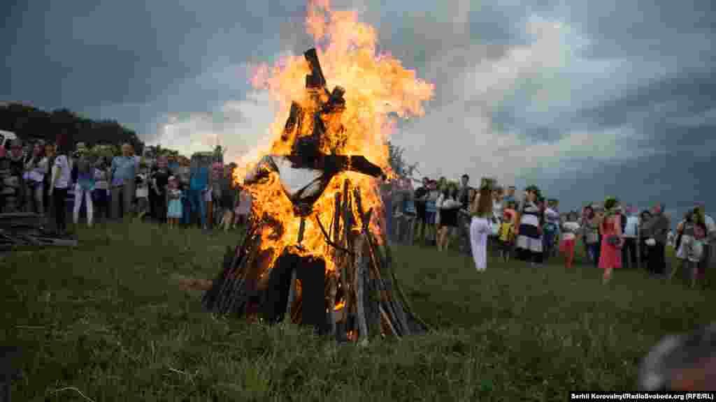 Обряд спалювання опудала, що символізує злих духів