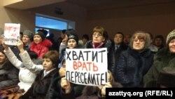 Жители Березовки на встрече с заместителем министра энергетики Узакбаем Карабалиным требуют переселить их в другую местность. Западно-Казахстанская область, 20 января 2015 года.