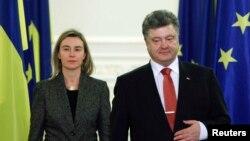 Верховний представник ЄС із закордонних справ Федеріка Моґеріні та президент України Петро Порошенко