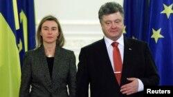 Президент України Петро Порошенко і представник ЄС із закордонних справ Федеріка Моґеріні (архівне фото)