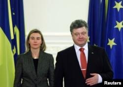 Федерика Могерини ведет диалог со всеми. На переговорах с президентом Украины Петром Порошенко, Киев, декабрь 2014 года