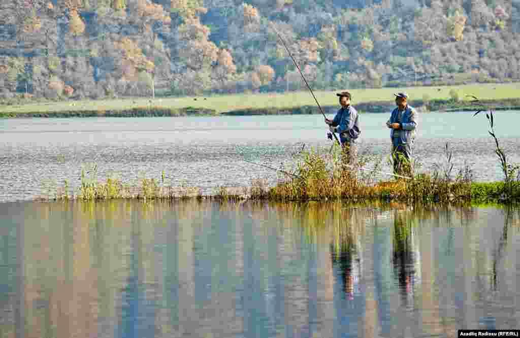 Payızda bu gölün ətrafına balıq ovu üçün gələnlər çoxalır