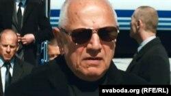 Фільм «Турыст». Героі Анджаліны Джалі і Джоні Дэпа — тыя самыя «рускія бандыты», якіх расейскія дублёры перарабілі ў беларусаў.